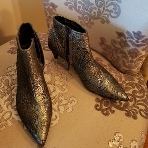 Size 8.5 design lab ankle boots worn one